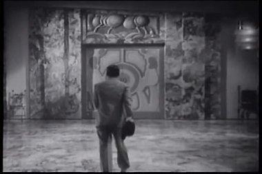 Vista posteriore dell'uomo a camminare verso la porta e aprendola — Video Stock