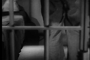 Więzień stymulacji za kratkami — Wideo stockowe