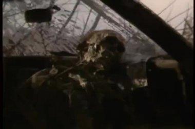 Kostra v opuštěné auto — Stock video