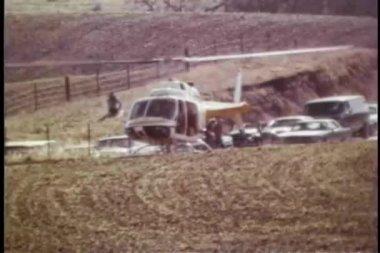 широкая выстрел вертолет, взлетавший из поля — Стоковое видео