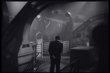 Vue arrière de l'homme qui marche sur le pont du navire dans la nuit — Vidéo