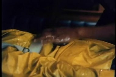 Un homme effectue cpr sur une personne inconsciente, sauvée de l'eau — Vidéo