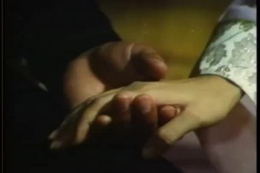 Close-up of man and woman holding hands — Vídeo Stock