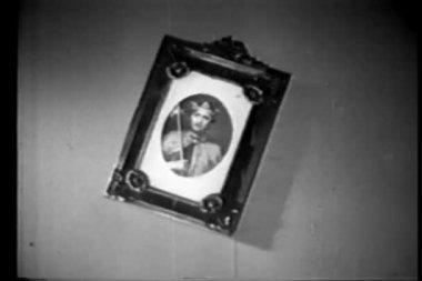 墙上的图片框架移动透露秘密窥视孔 — 图库视频影像