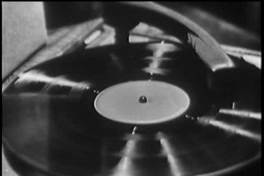 ターン テーブルの回転レコード アルバムのクローズ アップ — ストックビデオ