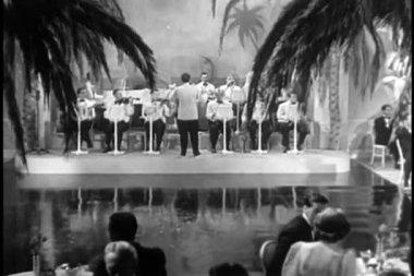 Páry tančí na živou kapelu v nočním klubu — Stock video