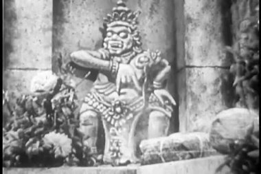 Woman praying at a temple — Stock Video