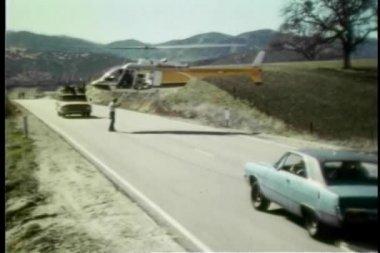 Hombre coches stunt coordinador y helicópteros en el lugar — Vídeo de Stock