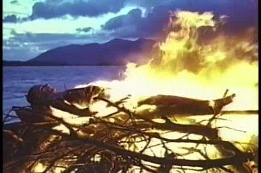 Body burning in bonfire — Stock Video