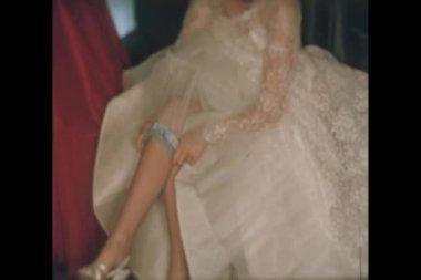 Bride adjusting garter on her leg — Stock Video