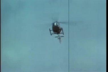 Vista de ângulo baixo de helicóptero em vôo — Vídeo stock