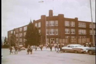 Breite schuss von high-school-schüler, die schule verlassen — Stockvideo