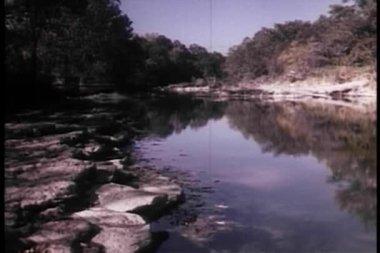 Apuesta arriesgada de río cruce pequeño carro — Vídeo de stock