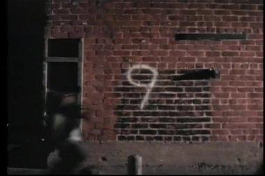 число отсчет от десяти до одного к кирпичной стене — Стоковое видео