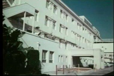 Zavedení záběr bílé nízkopodlažní budovy — Stock video