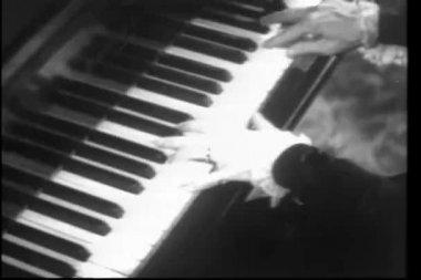 макро руки, играть на фортепиано — Стоковое видео