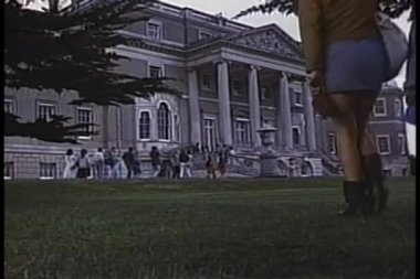 Tourists in front of Wrotham Park, Hertfordshire — Stock Video