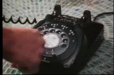 крупным планом лица, набирая вращающихся телефон — Стоковое видео
