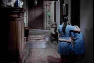 Deux femmes réconfortant mutuellement dans le couloir — Vidéo