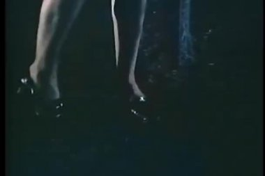 Close-up di gambe di donna come lei attese intorno alla notte — Video Stock