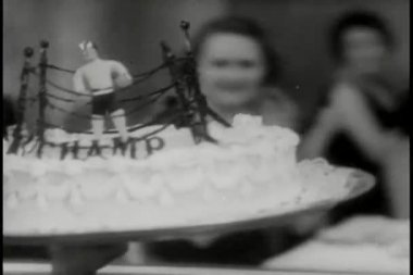 Close-up of waiter carrying cake to table — Stock Video