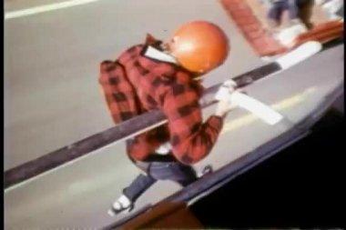 Hombre de truco en helicóptero por encima de la carretera — Vídeo de stock