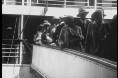 Passengers disembarking ship — Stock Video