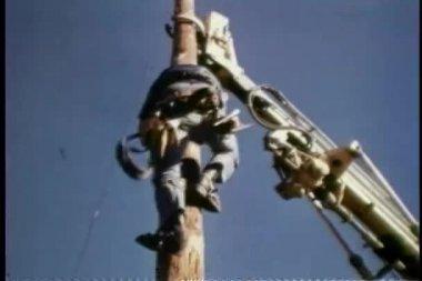 Ouvrier descendant de poteau en bois — Vidéo