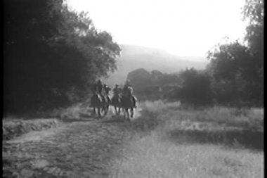 Soldiers on horseback in hot pursuit — Stock Video