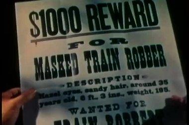 Gros plan du flyer de la récompense pour la capture du braqueur de train — Vidéo