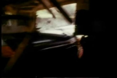 Truco auto golpeando en caravana y quema — Vídeo de stock