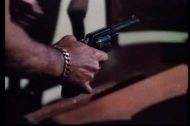 Primer plano de las manos eliminando arma de cajón y comprobando — Vídeo de stock