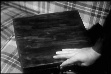男子打开钢丝录音机框的特写 — 图库视频影像
