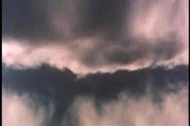 Zachmurzone niebo odbite w wodzie — Wideo stockowe