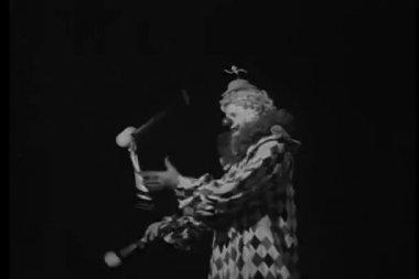 Clown juggling — Stock Video
