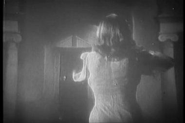 Vista trasera del mujer corriendo hacia la puerta — Vídeo de stock