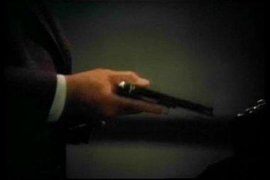 Mann gewehr laden und setzen in der tasche — Stockvideo
