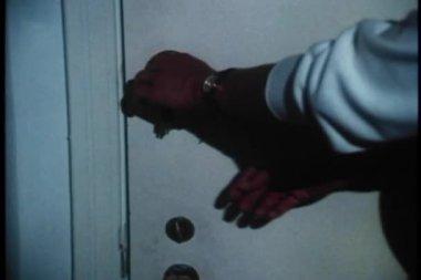 średnio strzał blokowania drzwi kobieta — Wideo stockowe