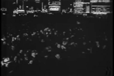 Crowd celebrating on New Year's Eve, 1930s — Стоковое видео