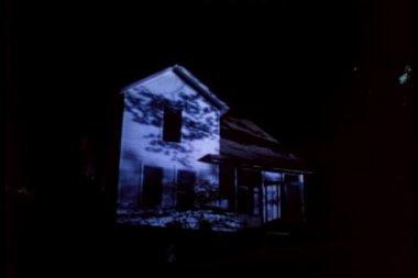 Att upprätta skott av huset på natten — Stockvideo