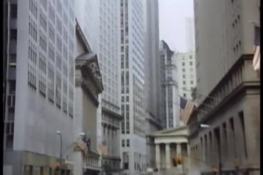 Zoom into building in downtown Manhattan — Stok video