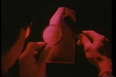 Close-up do homem usando a lupa para ler mensagem — Vídeo Stock