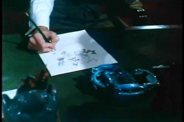 Hombre sentado en el escritorio de dibujo — Vídeo de stock