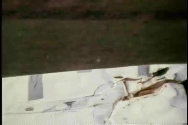 Osoba směřují palec nahoru za převráceným autem — Stock video