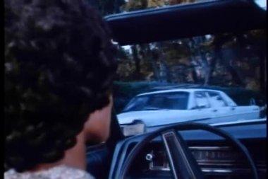 Zadní pohled dvou s jednotkou v kabrioletu — Stock video