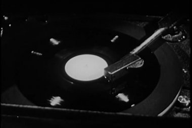 Close-up of man playing album on vintage record player — Stockvideo