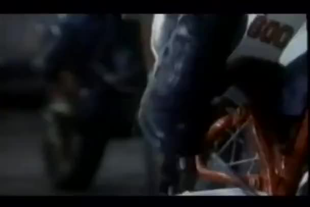 Montaje de los hombres en botas patada a partir de sus motocicletas — Vídeo de stock
