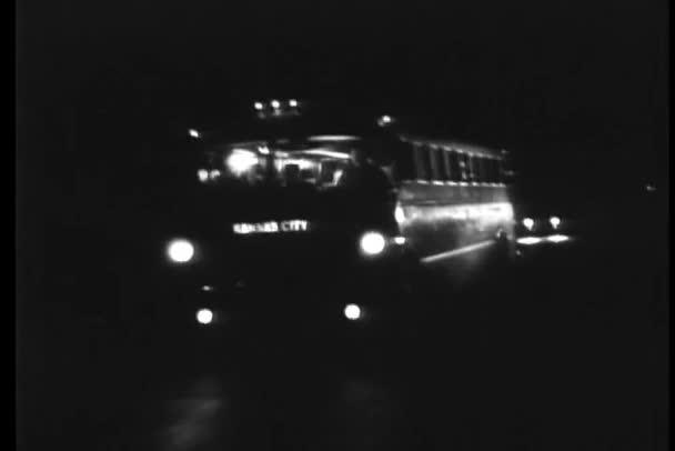 Voiture rattrape le bus sur la route pendant la nuit — Vidéo
