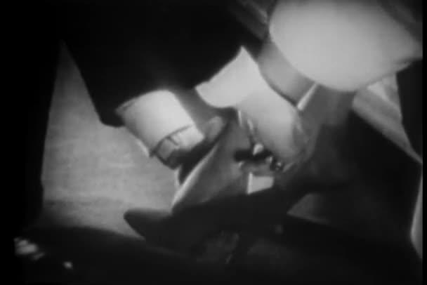 видео как женщины примеряют обувь
