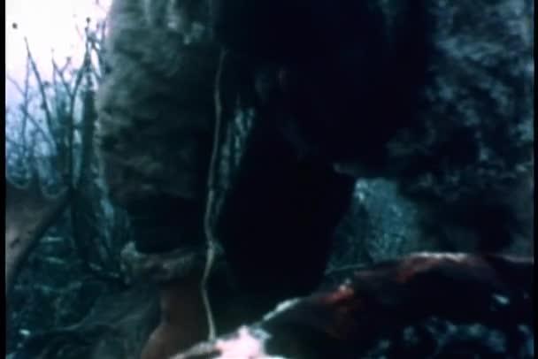 Coup moyen des peler caribou homme — Vidéo